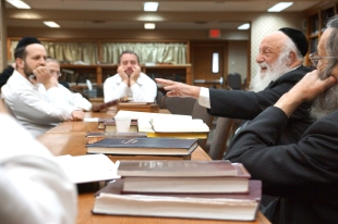 Rabbi Povarsky delivers shiur at Kollel Los Angeles(1)