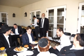 Rabbi Dovid Grossman speaking to  Talmidim and supporters of Yeshivas HaChaim