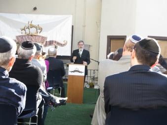 Rabbi Sacks addressing parents of Yeshivat Yavneh