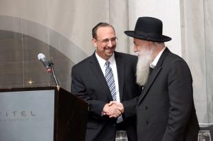 Rav Kahaneman congratulates Moshe Sarto Recipient of HaKoras Hatov Award at Ponevez Dinner(1)
