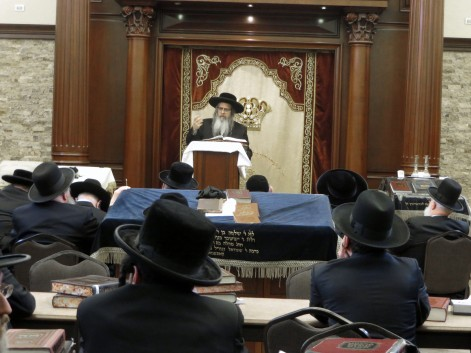 The Satmar Rebbe giving a Shiur at the Chassidishe Kollel. Photos: Arye D. Gordon