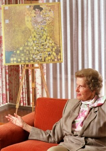 Maria Altmann with the recovered Klimt painting
