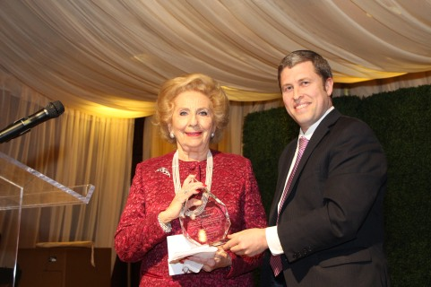 Alice Schoenfeld receives the Keter Shem Tov Award from Beth Jacob Senior Rabbi Kalman Topp