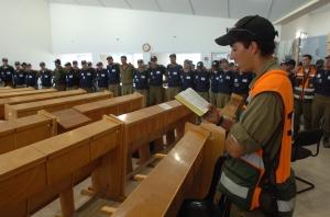 **FILE2005** Israeli soldiers praying during the evacuation of Gush Katif. August 21, 2005. Photo by Nati Shohat/Flash90.   *** Local Caption *** ôéðåé÷èéóäúðú÷åú äúðú÷åú ôìùúéðé ôìùúéðàé ôìñèéðé ôìñèéðàé ôìùúéðéí ôìùúéðàéí ôìñèéðéí ôìñèéðàéí ôìùúéðàé ôìùúéðàéí ôìùúéðéí ôìùúéðé ôìñèéðàé ôìñèéðé ôìñèéðàéí ôìñèéðéí