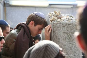 Students at the Shabaton visiting the Ohel of the Lubavitcher Rebbe