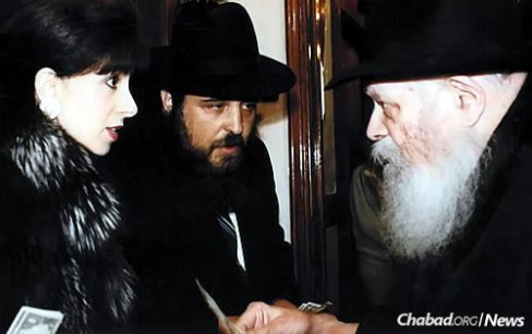 Rabbi and Rebbetzin Gordon receiving a blessing and a dollar for charity from the Lubavitcher Rebbe