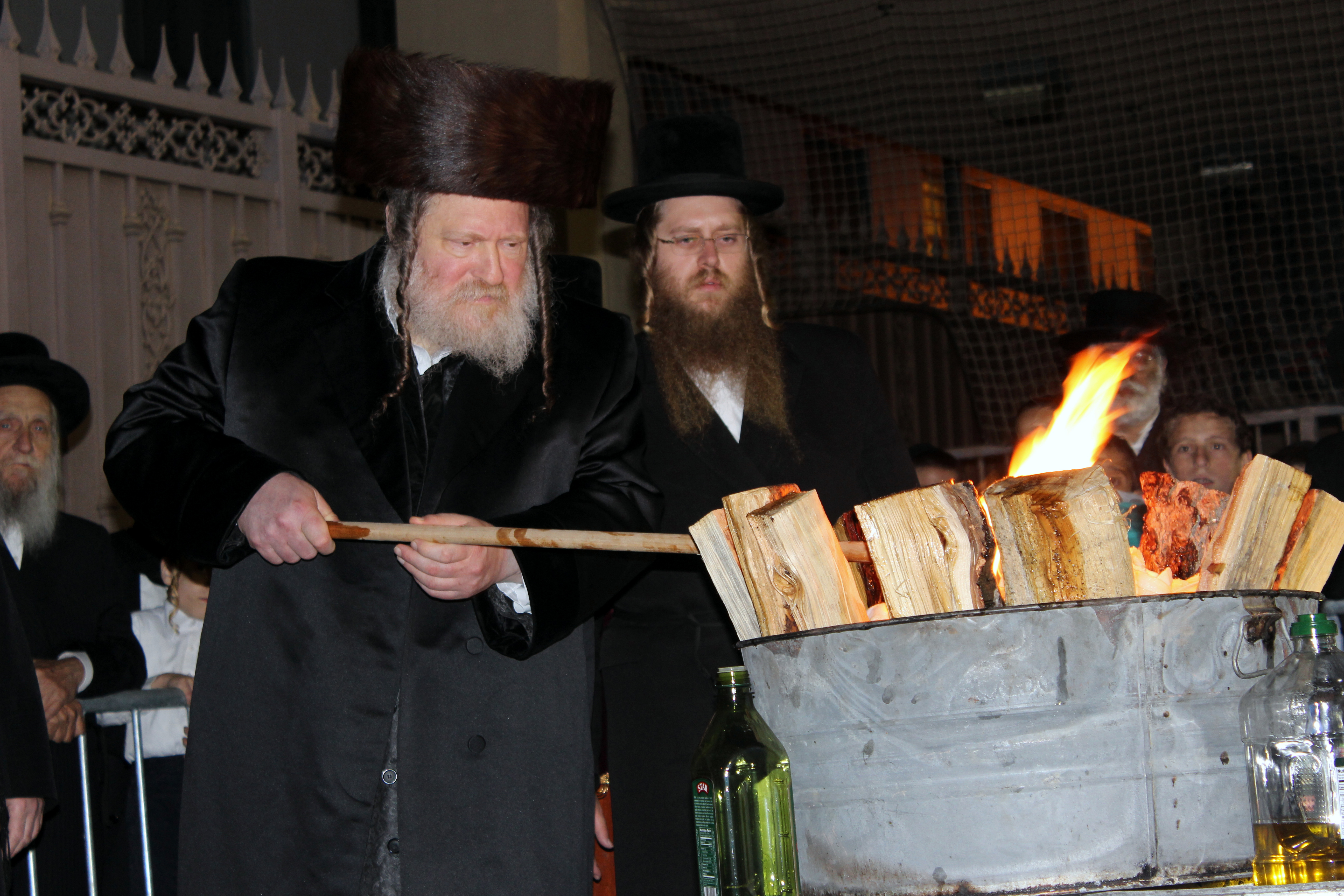 Pittsburgher Rebbe leading the Hadlakah at Los Angeles