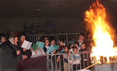 Pittsburgher Rebbe leading the Hadlakah at Los Angeles Cheder. Photos: Arye D Gordon